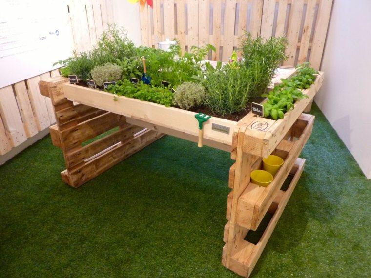 ideas-con-palets-pequeno-espacio-cesped-suelos-patios
