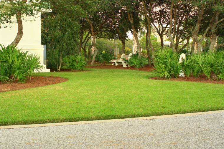 jardin con cesped artificial moderno