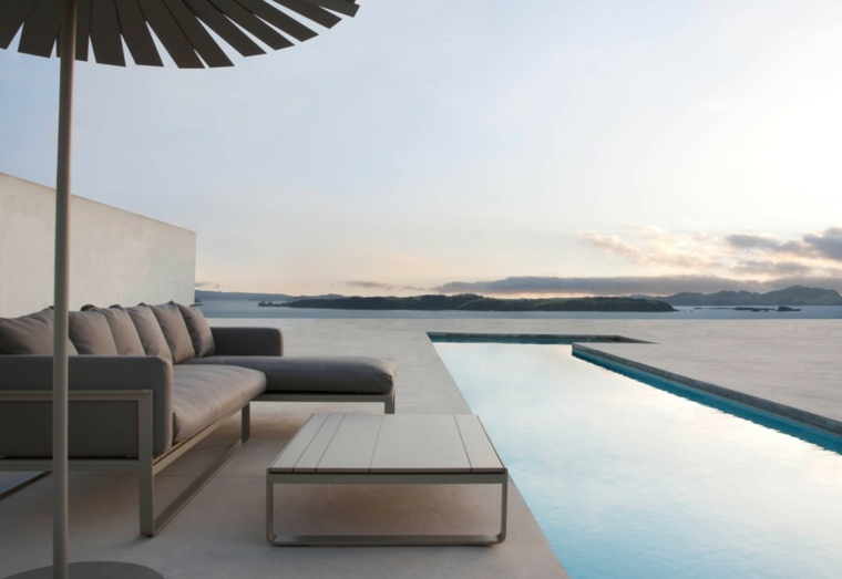 Decoraci n de jardines con piscina y consejos para los for Muebles jardin diseno