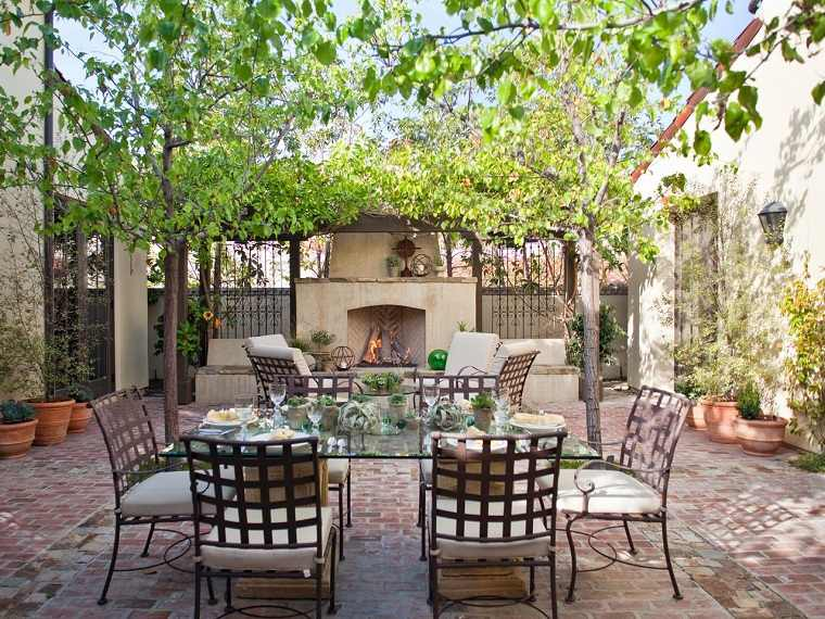 jardines mediterráneos-chimenea-comedor-estilo