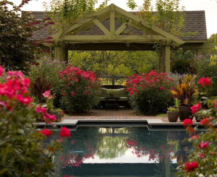 jardines-mediterraneos-pergola-flores-piscina