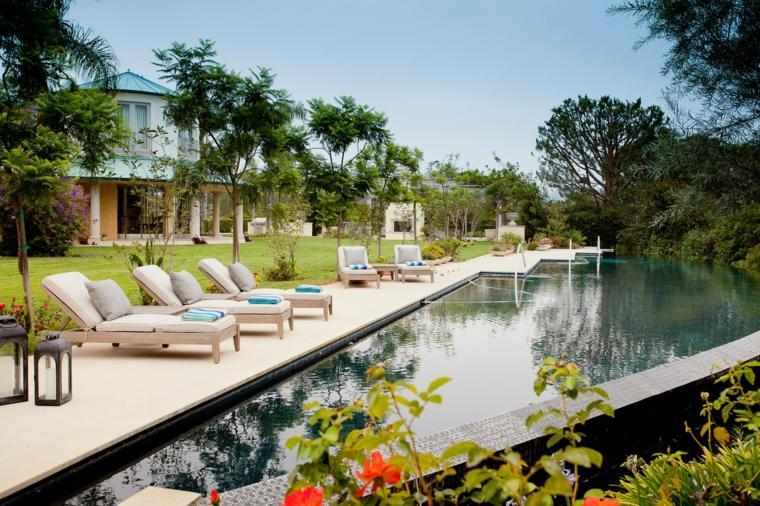 jardines mediterráneos-piscina-forma-original-diseno