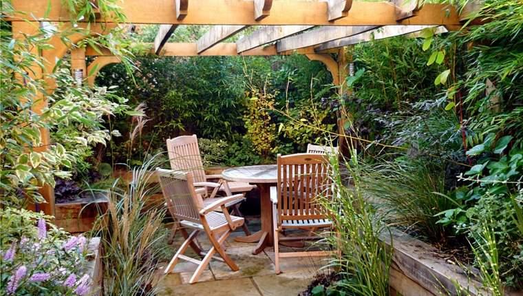 jardines-pequeños-ideas-exuberante-frondosos-sillas