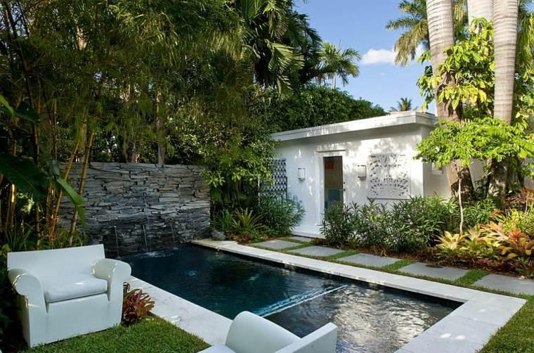 jardines-piscinas-alargada-blanca-estilo-senderos-blanco