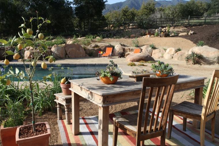 jardines-piscinas-mobiliario-rusico-macetas-plantas-alfombras