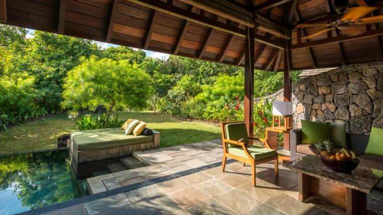 jardines piscinas natural-arbusto-sombra-tumbonas-techados