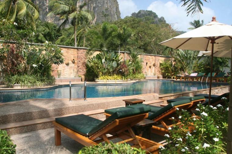 jardines-piscinas-sillones-tumbonas-aire-libre-montanas