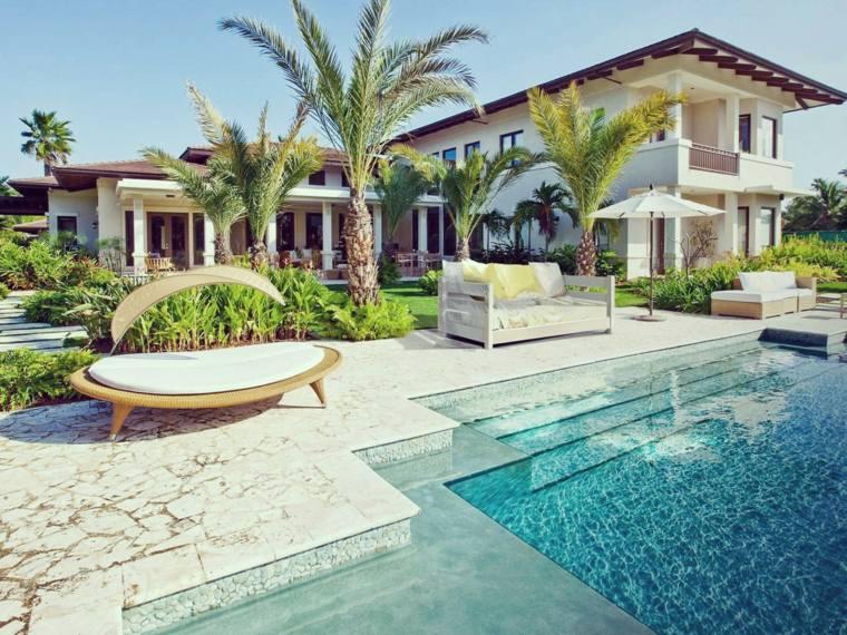Decoraci n de jardines con piscina y consejos para los for Piscinas alargadas y estrechas