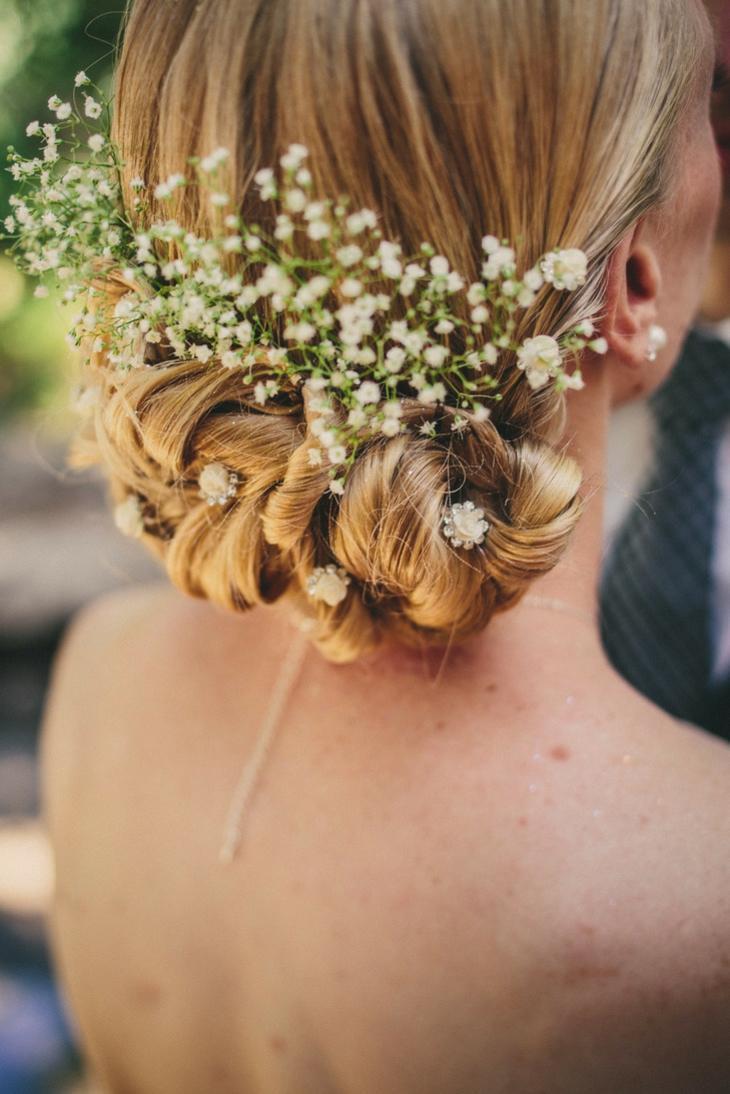 peinados-para-bodas-recogido-bajo-elegantes-flores