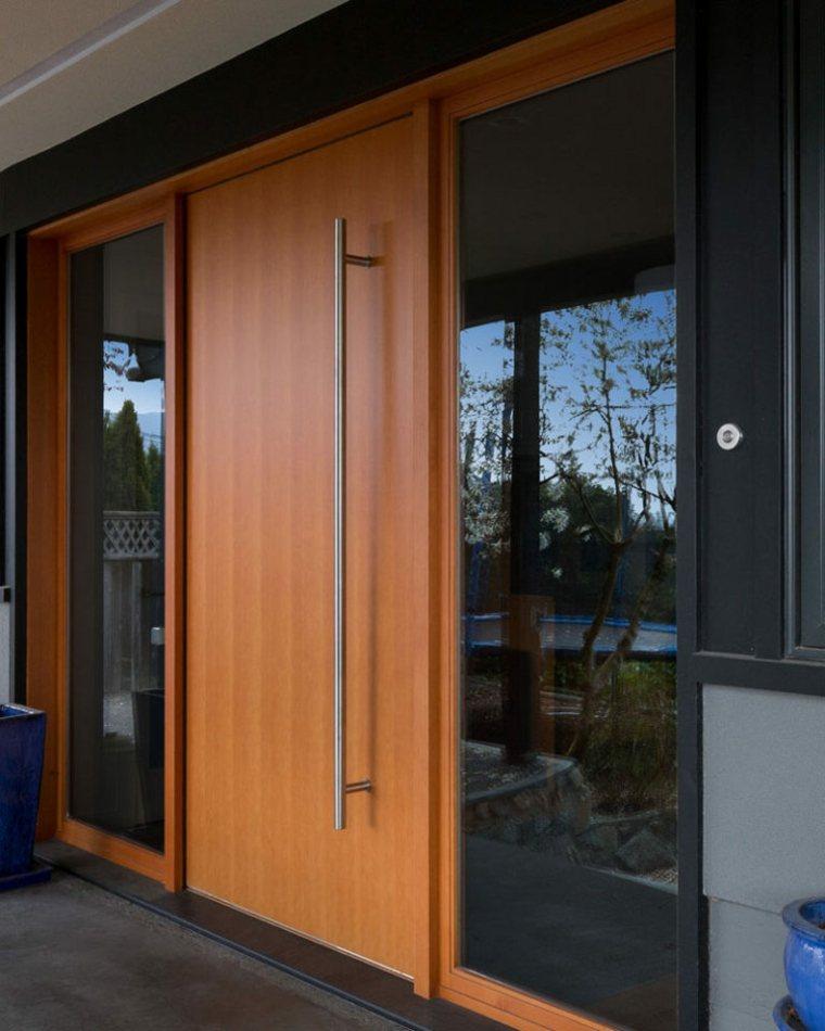 Puertas de madera para el interior y para la entrada de casa for Puertas de madera interiores modernas