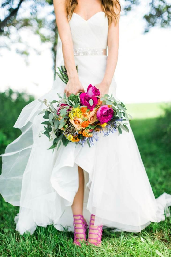 ramo flores combinado zapatos novia ideas