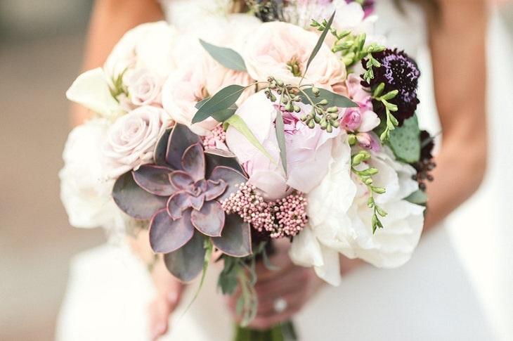 ramo nupcial flores clásicas suaves tonos blanco crema salvia suculentas arreglo ideas