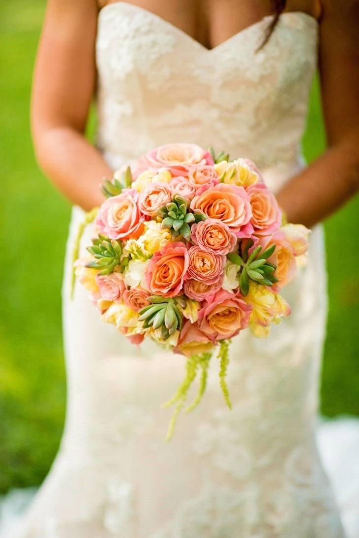 ramo redondo lleno acentos rosados amarillos verdes rosas suculentas verdes diversidad mezcla ideas