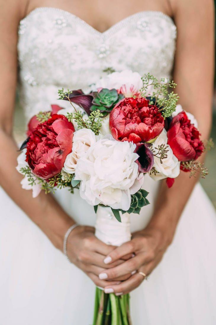 ramos de novia anemona peonias rojas blancas eucalipto ideas