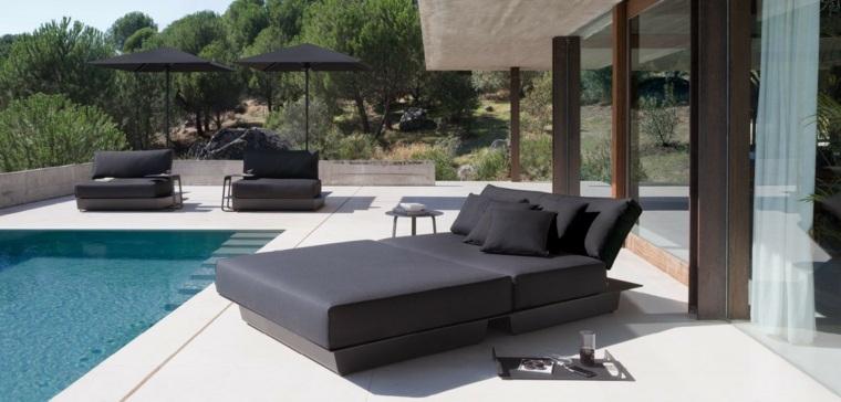 tumbonas negras elegantes jardin piscina ideas