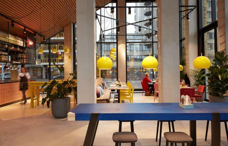 zona bar especial contraste vibrante mesas lamparas