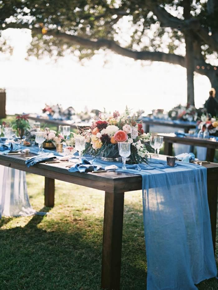 azul-camino-encima-madera-mesa-boda