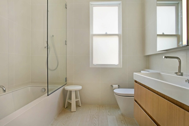 bano-estilo-pequenos-espacios-banera-lavabo-madera
