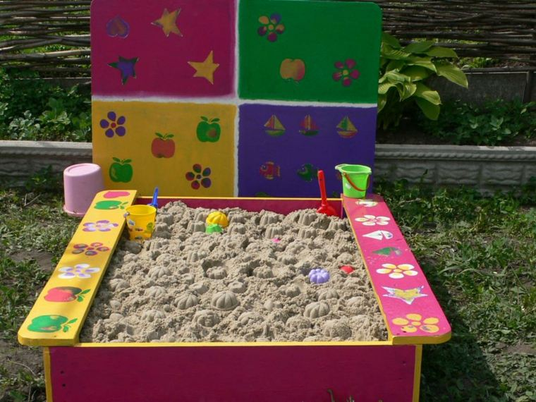 caja-arena-pintada-distintos-colores-jardin