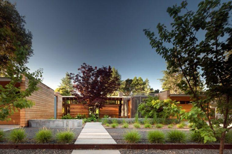 casa estilo acero-corten-jardineras-esferas-senderos