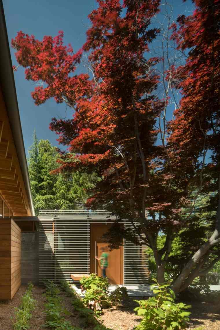 casa estilo entrada-principal-monumental-puertas-jardineras