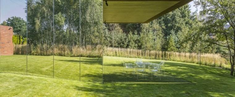 casa-moderna-pared-exterior-espejos-grandes-estilo