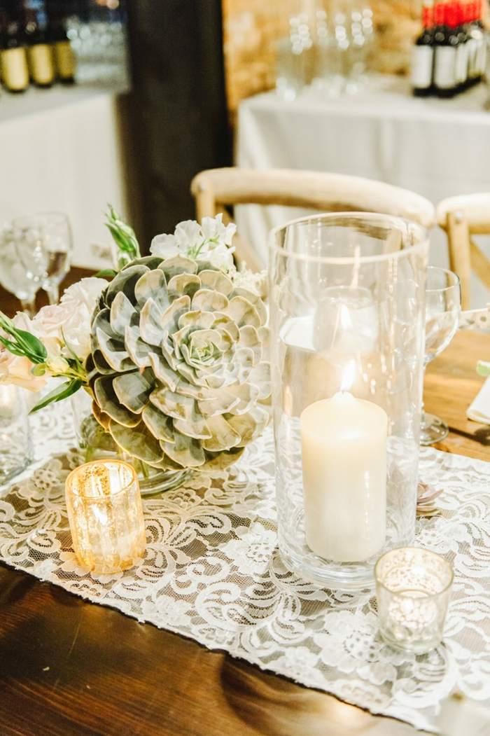 centros de mesa para boda-camino-suculentas-candelabros-cristal
