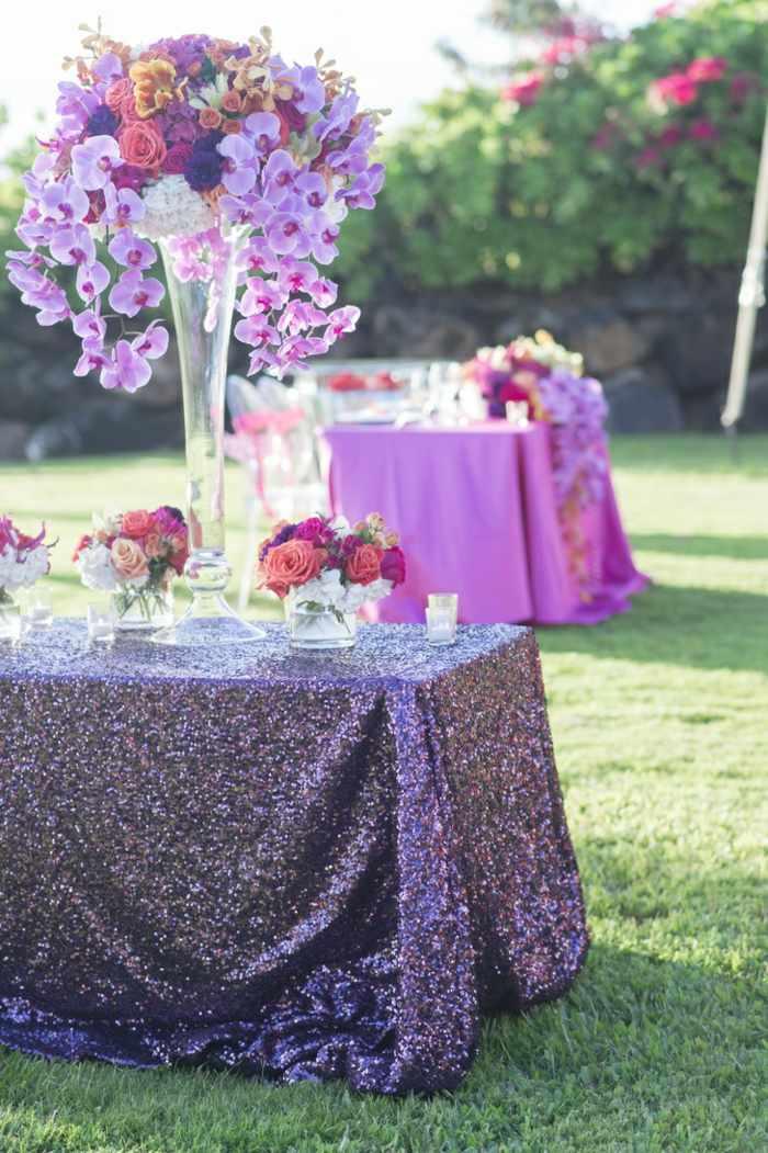 centros de mesa para boda-mantel-brillante-rosas-orquideas