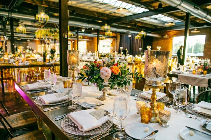 centros de mesa para boda-peonias-rosas-candelabros-vintage