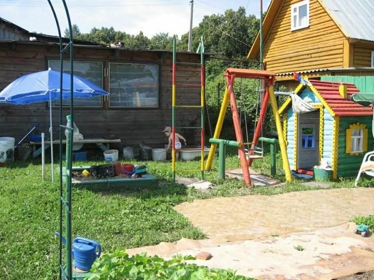 Parque infantil en el jard n ideas de diy muy divertidas - Columpio madera jardin ...