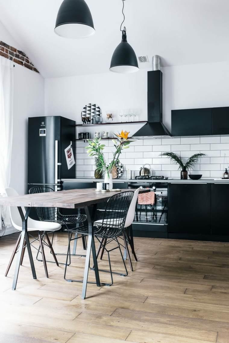 Mesas y sillas de comedor al estilo monocromático en blanco y negro -