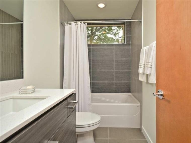 decoración de baños pequeños-banera-losas-color-gris