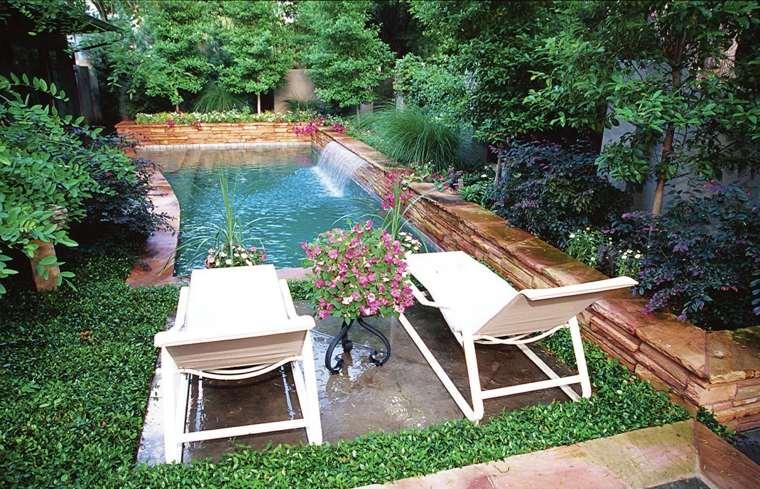 diseño de exteriores-jardines-pequenos-piscina-tumbonas