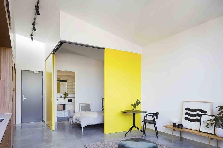 diseno interior-apartamento-modernos-entrada-dormitorio-puertas-amarillas