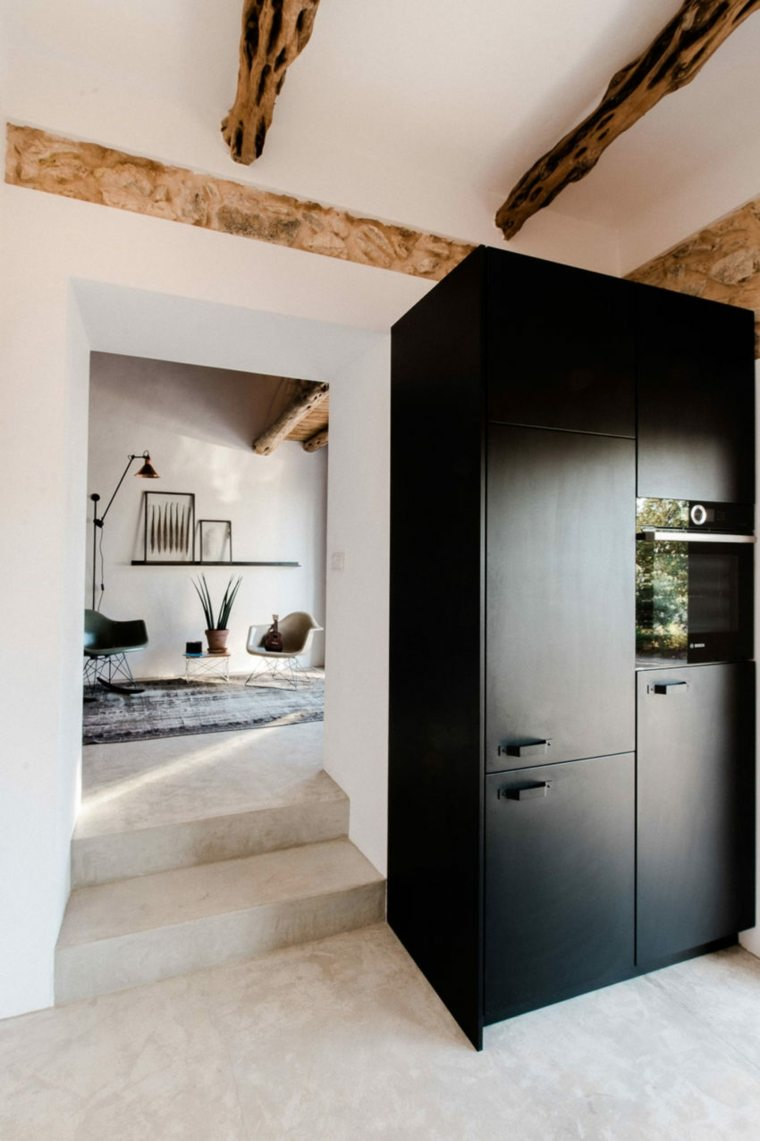 escalones-armario-negro-casa-moderna