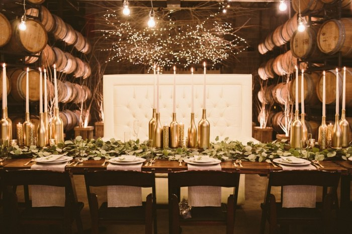 ideas-mesa-boda-botellas-oro-hojas-verdes