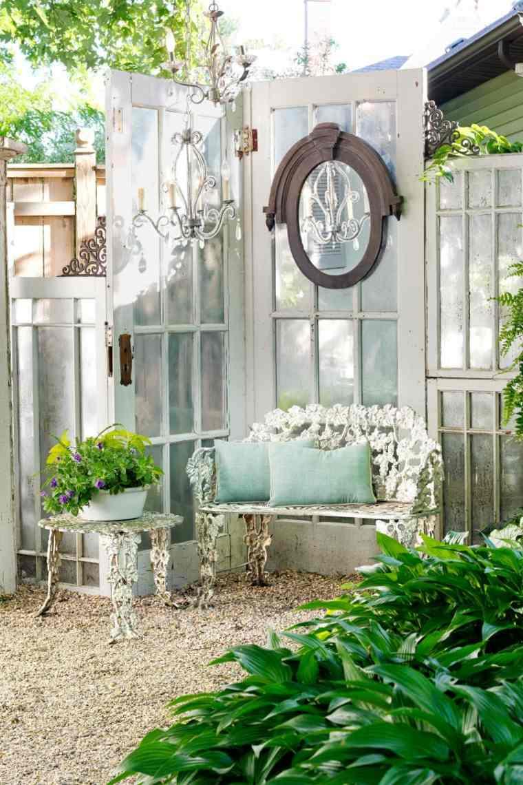 ideas-para-decorar-jardin-espejos-banco-opciones-exterior