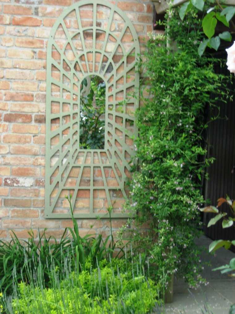 ideas-para-decorar-jardin-espejos-colgando-pared