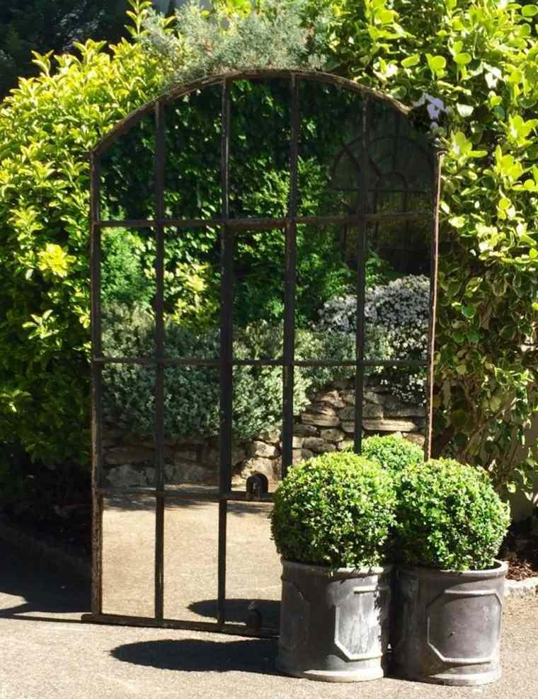 ideas para decorar jardín-espejos-espejo-grande-diseno
