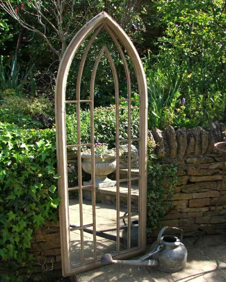 ideas-para-decorar-jardin-espejos-rodeados-plantas