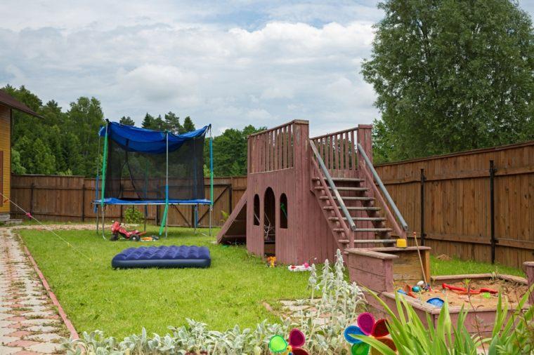 jardin-amplio-espacio-ninos-juegos-diversion