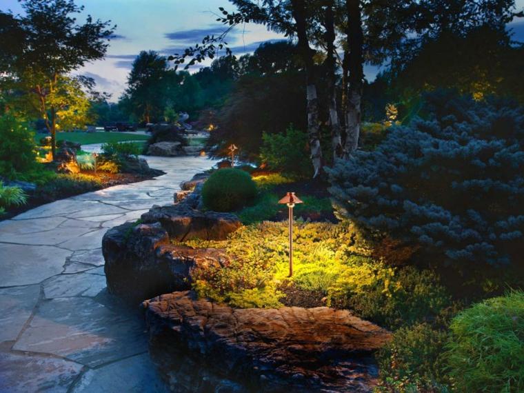 Luces de jard n y estupendas ideas de iluminaci n para - Luces solares jardin ...
