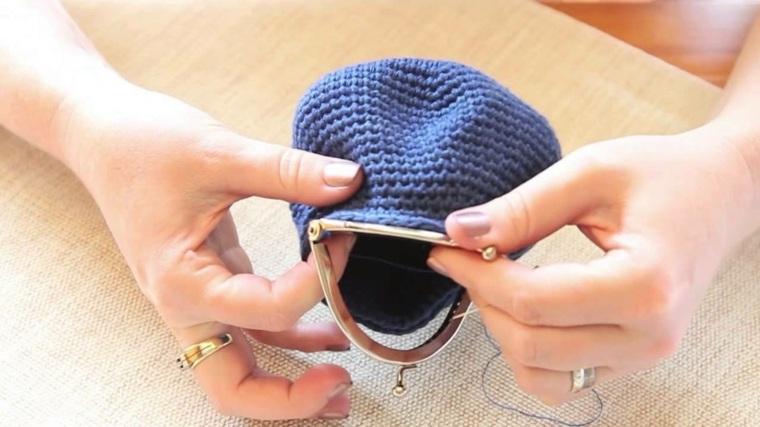 Como hacer monederos de ganchillo azul