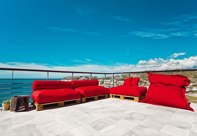 muebles-palets-cojines-rojos-terraza-amplia-opciones