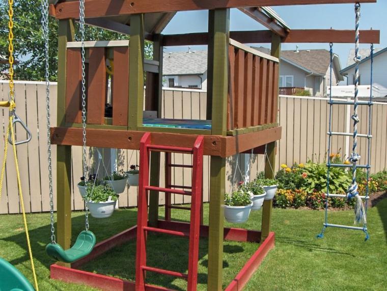 parque infantil-jardin-columpio-escalera-tobogan