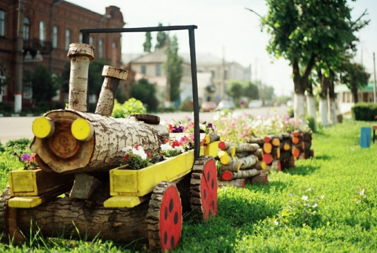 parque-infantil-jardin-tren-colorido-ninos-diversion
