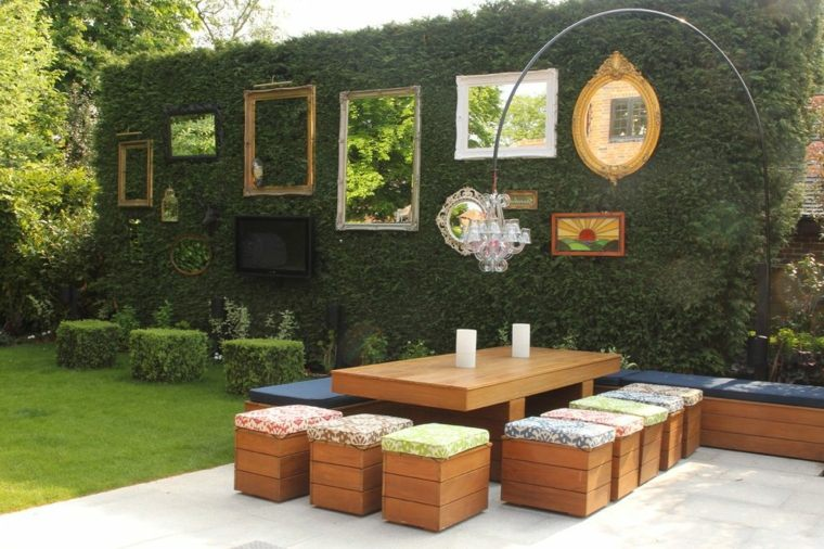 patio-diseno-shabby-chic-pared-alta-espejos-distintas-formas