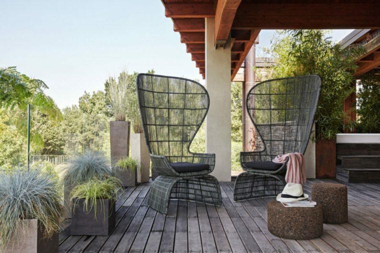 patio-elegantes-sillas-empinadas