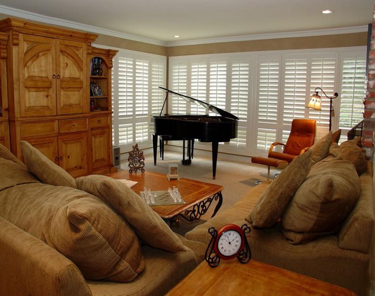 salón persianas blancas