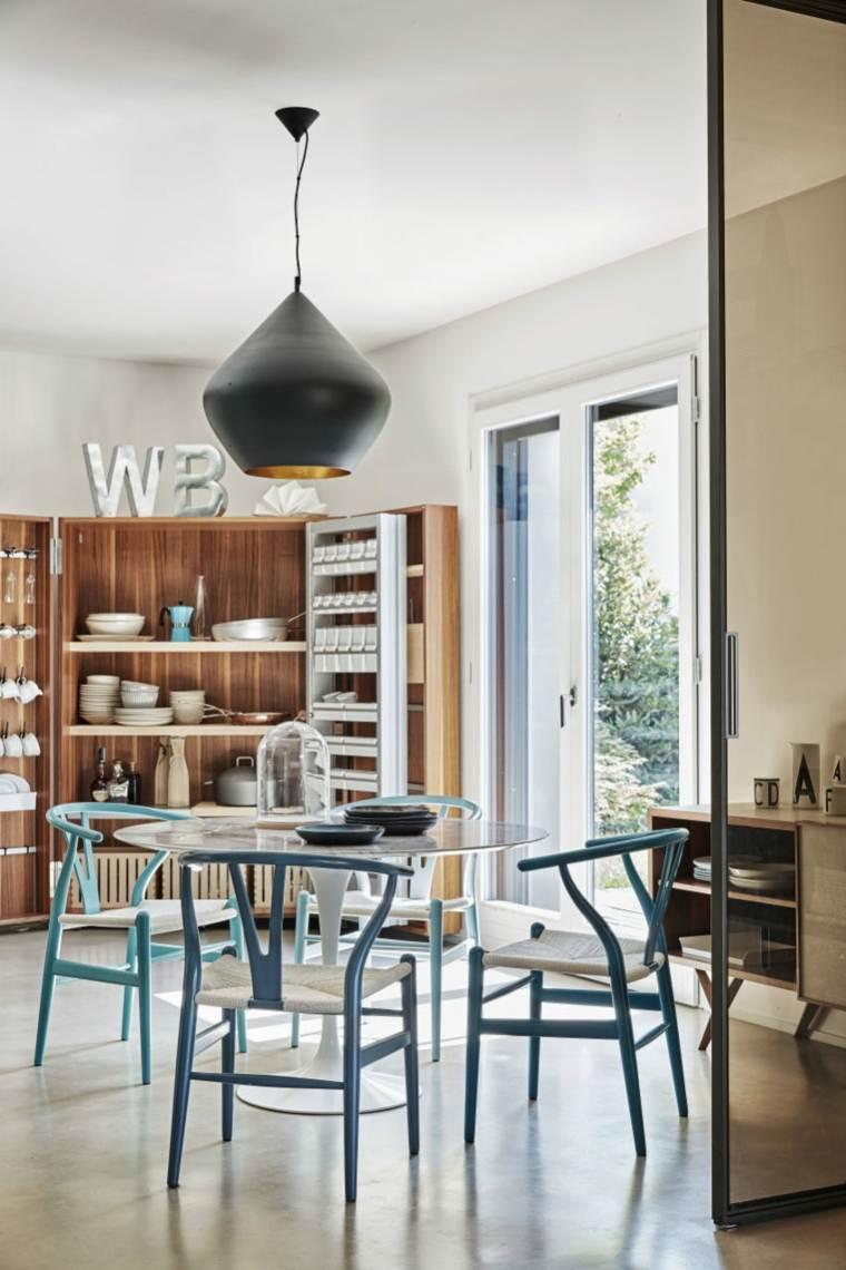 sillas-madera-coloridas-azules